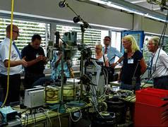 Jelonnek-Geschäftsführer Lutz Hurler (li.) erläuterte bei der Betriebsführung das Wickeln von Trafo-Spulen. (Foto: ls)